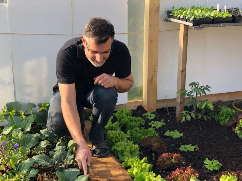 Klaus Wenzel in seinem Garten